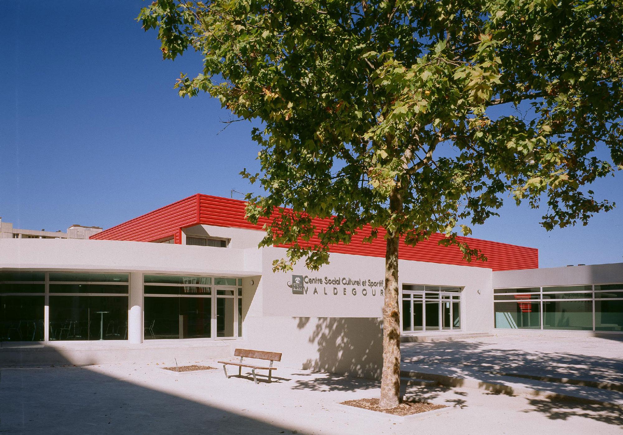 Centre social culturel et sportif de Valdegour - Nîmes - TAUTEM Architecture - cours d'entrée