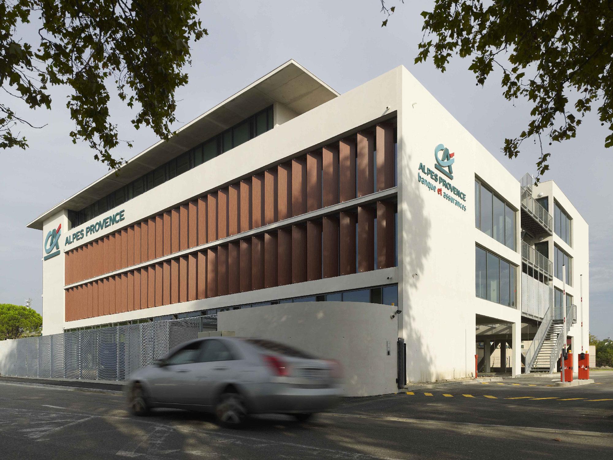 Crédit agricole l'Amandier - Avignon - TAUTEM Architecture - façade depuis la route nationale