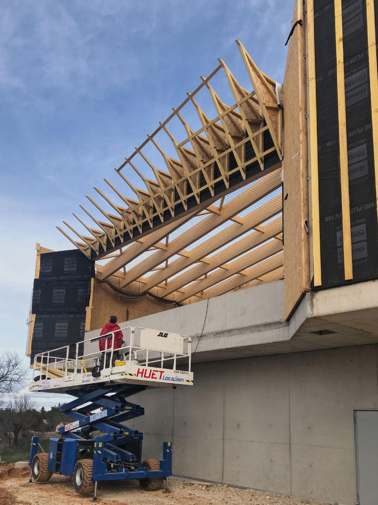 Chantier du centre culturel et associatif de Bellegarde (30) - structure bois en cours de montage - TAUTEM Architecture