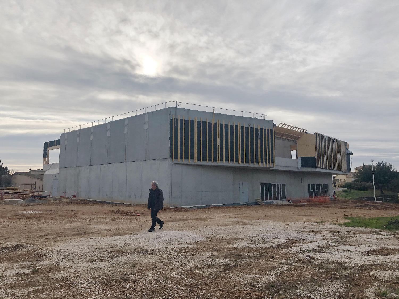 Chantier du centre culturel et associatif de Bellegarde (30) - vue au loin - TAUTEM Architecture
