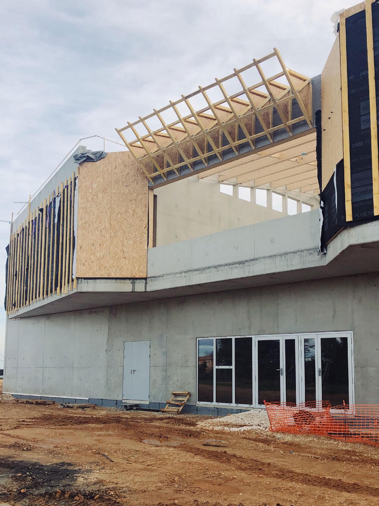 Chantier du centre culturel et associatif de Bellegarde (30) - vue de la salle de danse à l'exterieur - TAUTEM Architecture