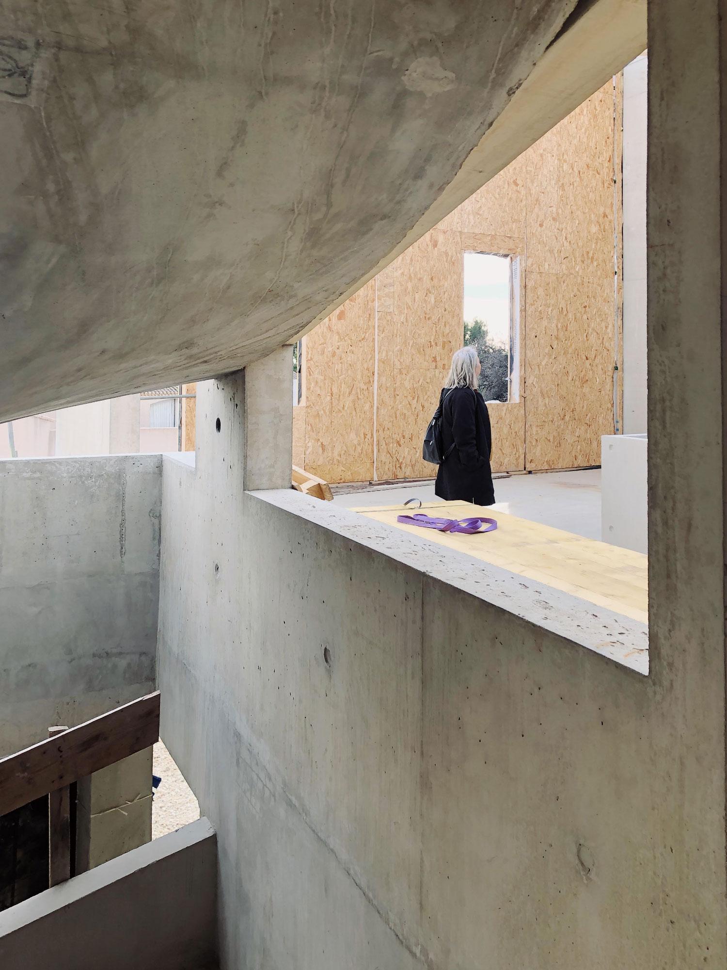 Chantier du centre culturel et associatif de Bellegarde (30) - cadrage sur l'atrium et les salles d'activités - TAUTEM Architecture