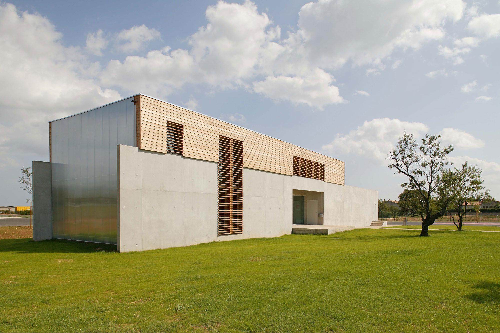 Centre des examens des permis de conduire de Nimes - TAUTEM Architecture - façade bois béton et réglite