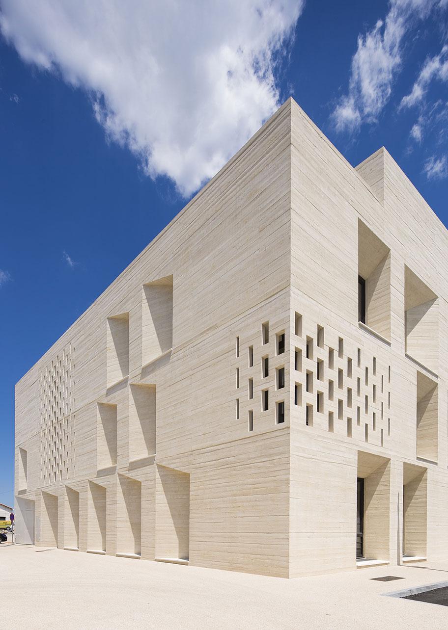 Tautem architecture - mediatheque Montaigne Frontignan - détail de façade - béton blanc matricé
