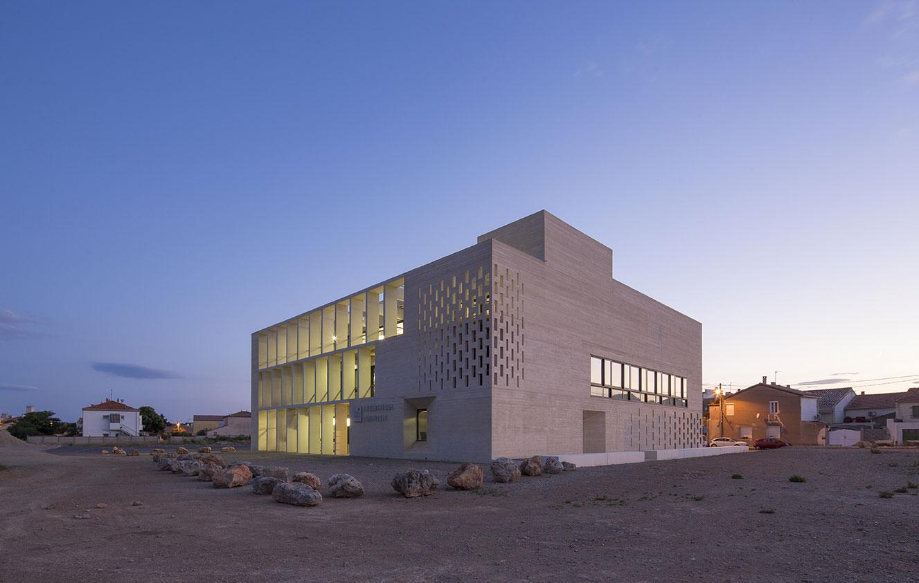 Tautem architecture - mediatheque Montaigne Frontignan - vue sur le bâtiment le soir