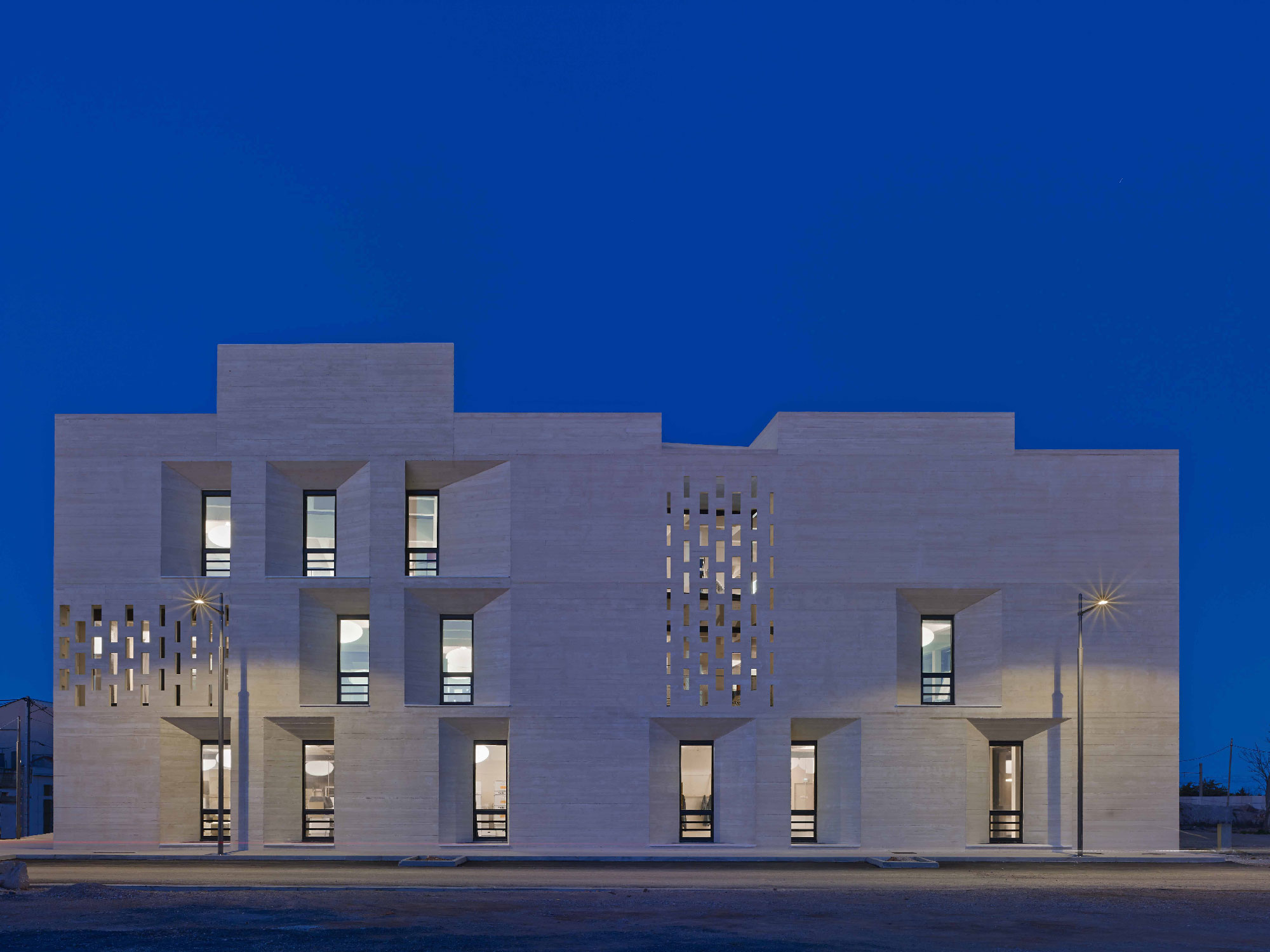 Tautem architecture - mediatheque Montaigne Frontignan - vue de nuit