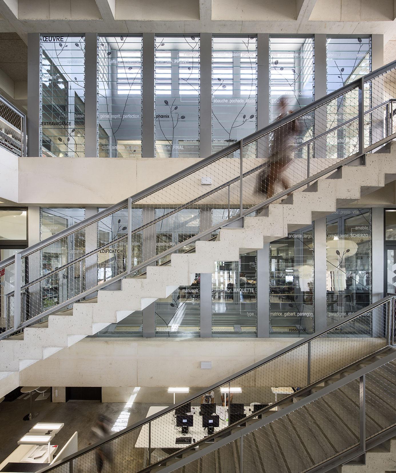 Tautem architecture - mediatheque Montaigne Frontignan - escaliers de l'atrium