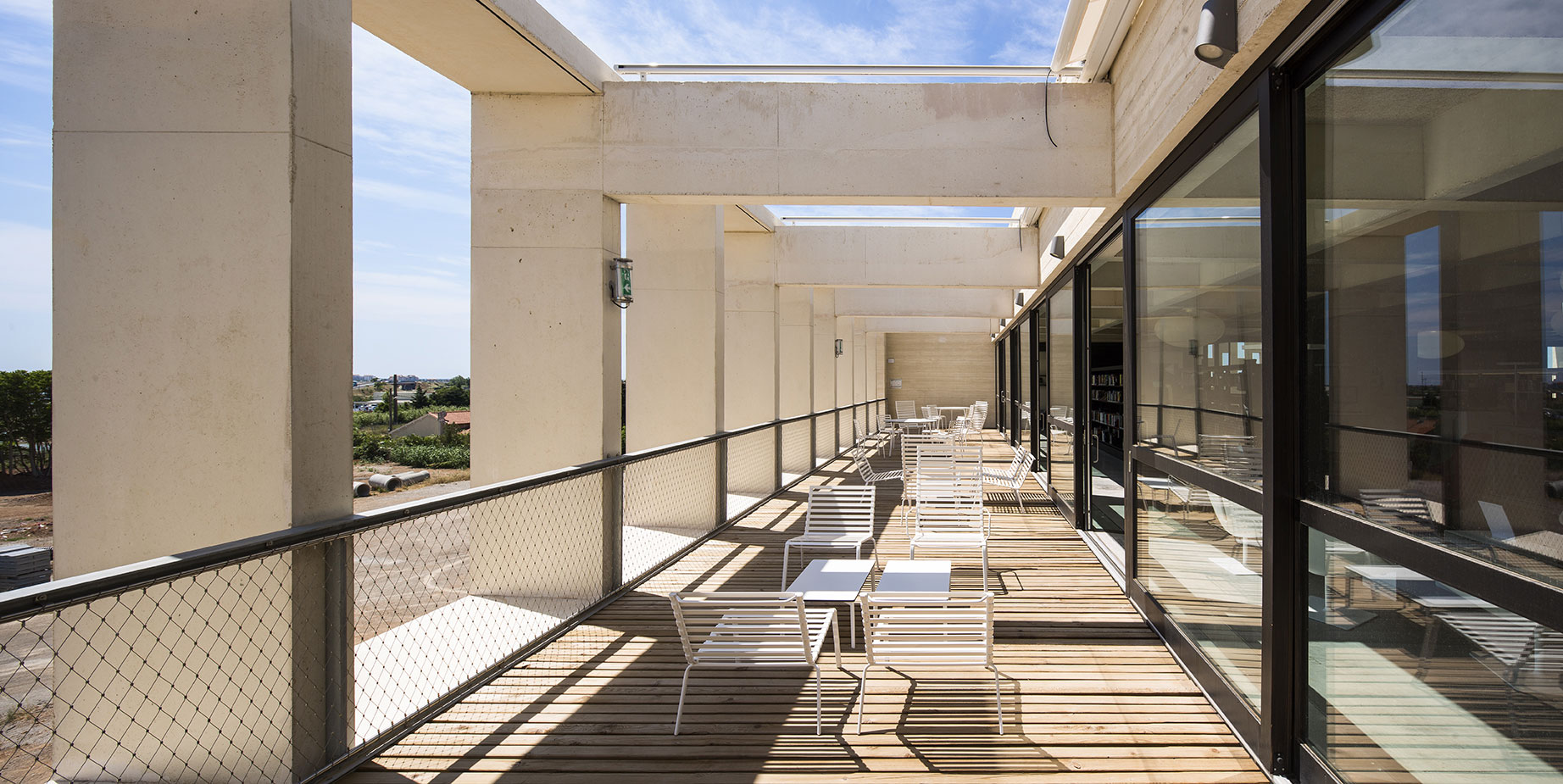 Tautem architecture - mediatheque Montaigne Frontignan - terrasse de lecture