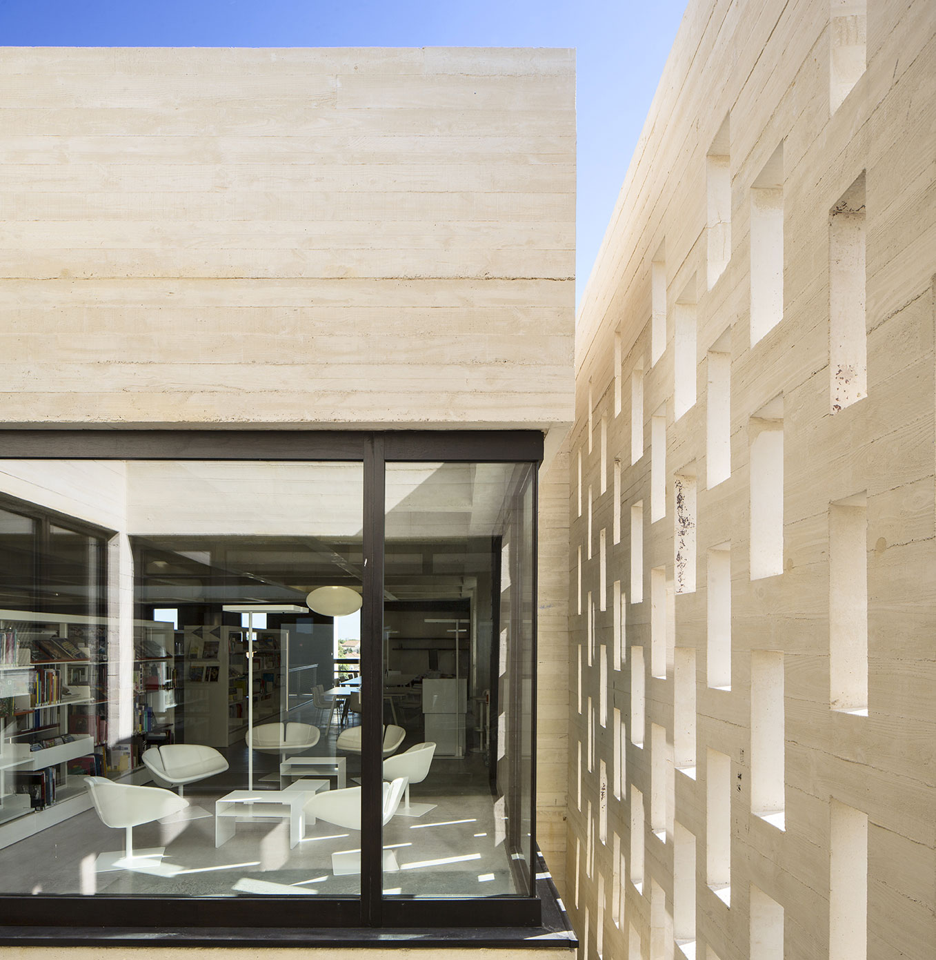 Tautem architecture - mediatheque Montaigne Frontignan - salon de lecture