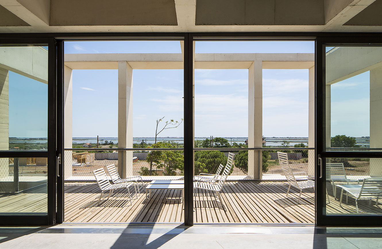 Tautem architecture - mediatheque Montaigne Frontignan - terrasse de lecture - vue sur l'étang de thau